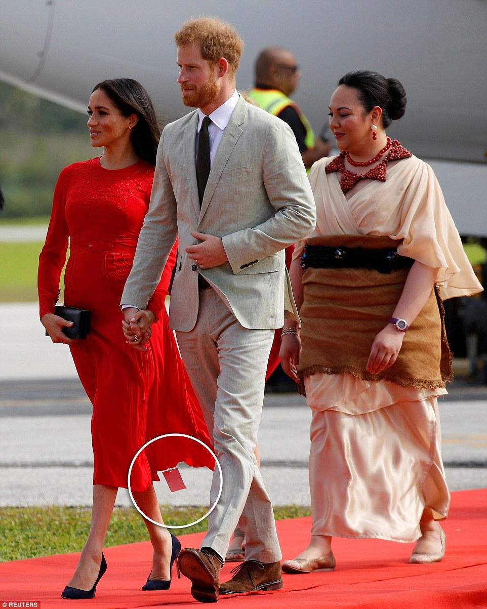 Модный конфуз Меган Маркл: Герцогиня вышла в платье с биркой — фото