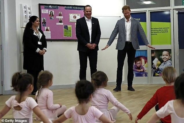 Будущий папа принц Гарри занялся балетом с детьми — фото
