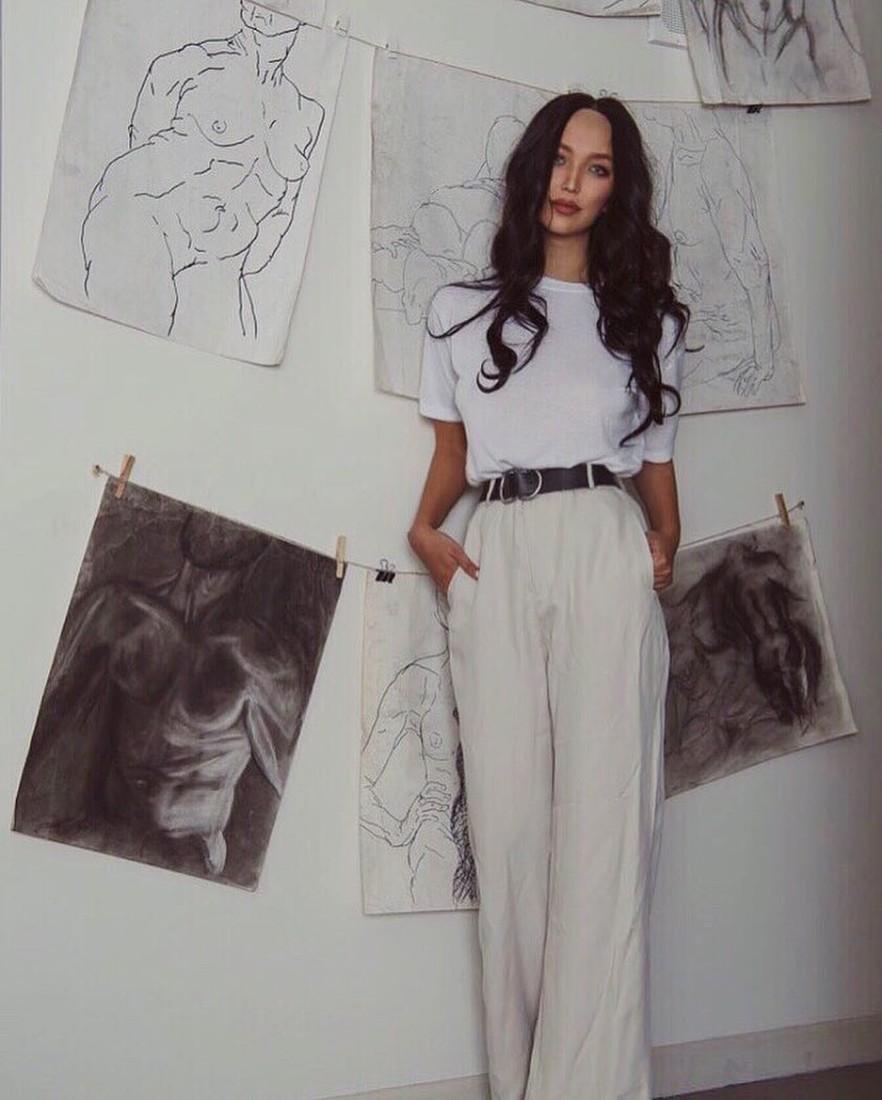 Молодая жена Цекало рисует обнаженных мужчин