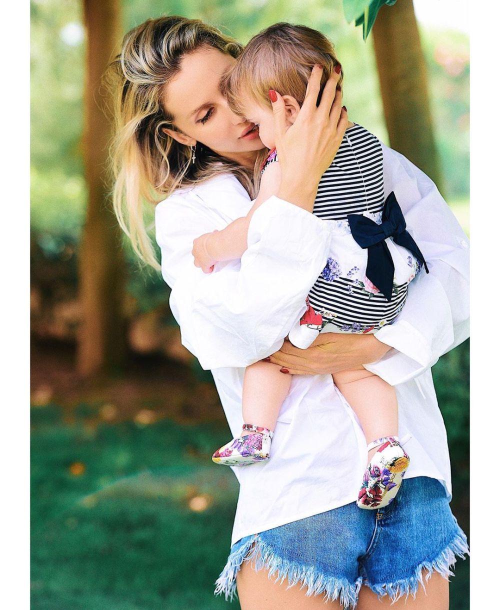 Младшей дочке Лободы исполнился годик: певица показала фото