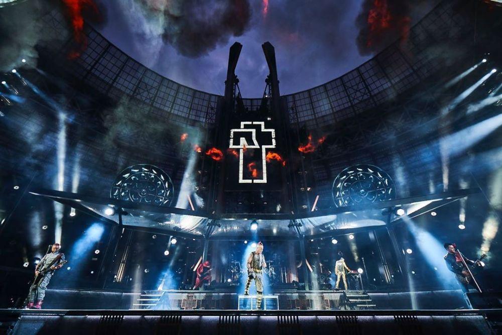 Музыканты Rammstein поцеловались во время концерта в Москве — фото