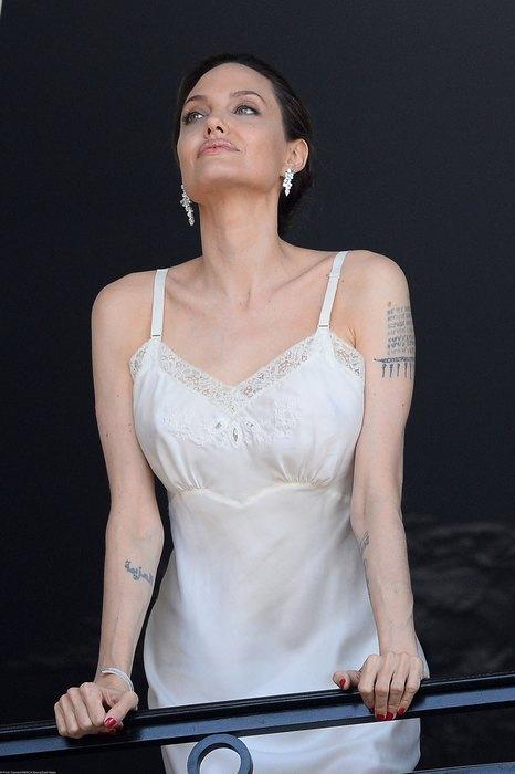 44-летняя Джоли в одном пеньюаре на балконе в Париже — фото