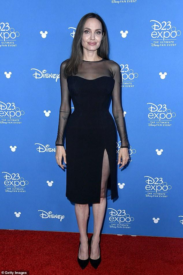 44-летняя Джоли в черном платье со смелым разрезом презентовала «Малефисенту 2» — фото