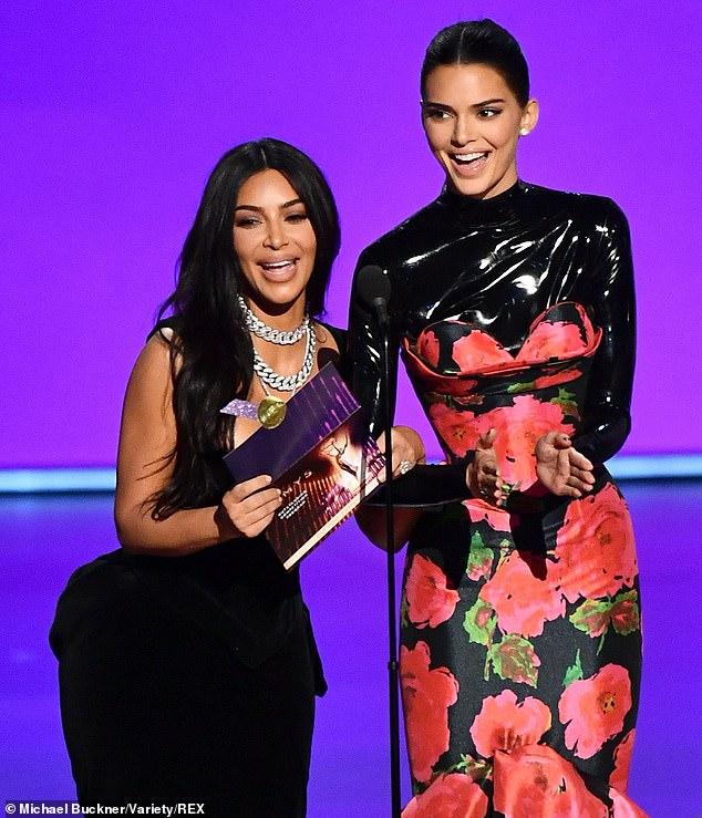 Весь зал премии «Эмми» высмеял Ким Кардашьян и Кендал Дженнер