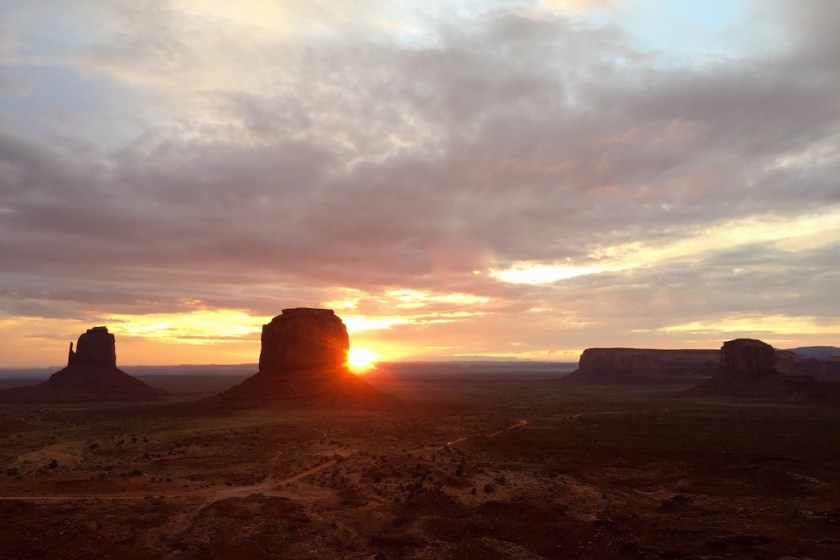 roadtrip_westcoast_usa_monument_valley_soulsistermeetsfriends_the_view_sunset