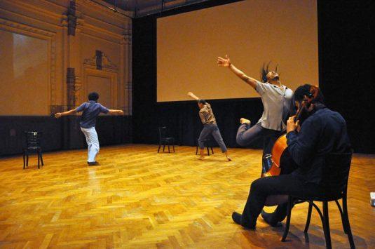 May 5-8: UBUNTU - PERMANENTE BEUNRUHIGUNG VOL. I Ausarbeitung einer interdisziplinären Begegnung 5., 6. & 8.5.2017, 20 Uhr / 7.5.2017, 19 Uhr Eurico Ferreira Mathias (Cello), Nasheeka Nedsreal (Tanz), Zé de Paiva (Tanz & Videoperformance) und Ricardo de Paula (Tanz) hatten sich der Beunruhigung einer nicht vorhersehbaren performativen Begegnung ausgesetzt, zwei Tage in dieser nie zuvor erprobten Konstellation gearbeitet und dann eine politisch brisante und ästhetisch wuchtige Performance gestaltet. Jetzt wird dieses erfolgreiche Tryout in den Spielbetrieb übernommen, geschärft und verdichtet. Welche Berührungskurve durchläuft der Schwarze Körper in dieser Gesellschaft? Wer beunruhigt hier eigentlich wen? Vor allem, wenn die gesellschaftliche Härte zunimmt. Welche Begegnung, welche Berührung kann stattfinden? Zu welcher Berührung ist das Publikum bereit? Von und mit Eurico Ferreira Mathias Nasheeka Nedsreal Zé de Paiva Ricardo de Paula Eine Produktion von Kultursprünge im Ballhaus Naunynstraße gemeinnützige GmbH.