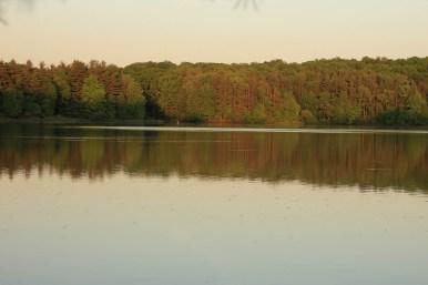 простые жители деревни приезжают на это озеро с лодками, чтобы порыбачить