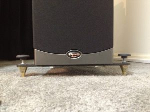 List many different loudspeaker models and the size of outriggers