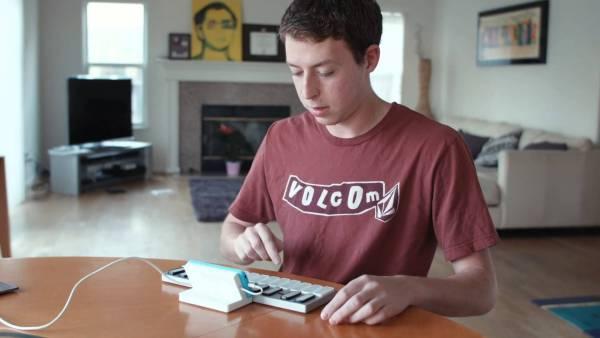 こんなキーボードが欲しかった!ゲーム感覚で演奏を学べて複数台を連結できちゃうスマートなコントローラ『Keys』