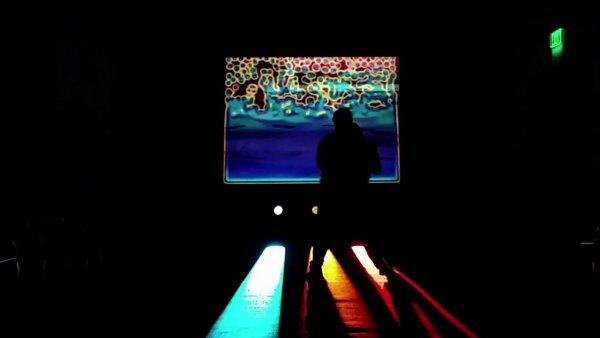 暗闇に伸びる3本のカラービーム!立つ場所によって音と映像が変化する子供達も夢中のインスタレーション