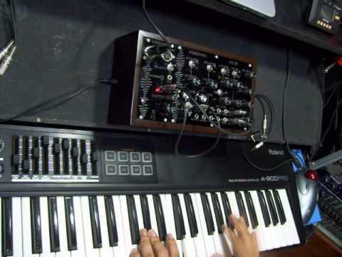 シンセとCVモジュールがウッドケースに収まったデスクトップサイズのアナログモジュラー