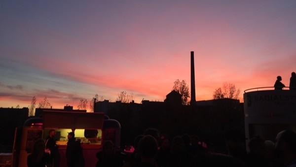 会場の外。ベルリンは空の色がきれい。