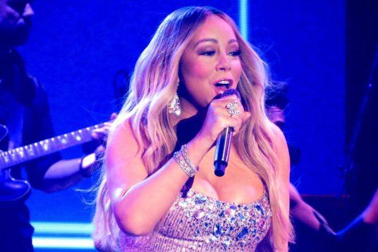 https://en.wikipedia.org/wiki/Mariah_Carey#/media/File:Mariah_Carey_Caution_Tour_2.jpg