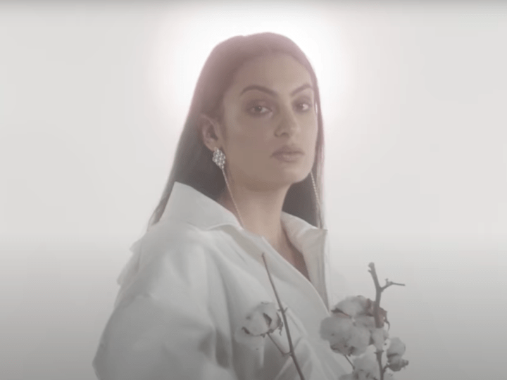 London-based singer Niomí breaks down her sound signature with her debut «Susurrus»