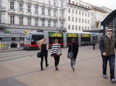ここからシェーンブルン宮殿へ行く路面電車58系に乗れます。