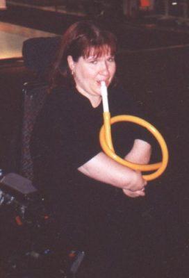 Funktionsvarierad kvinna spelar flöjt utan att använda händer