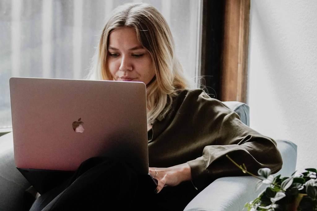 Mulher jovem a trabalhar com portátil
