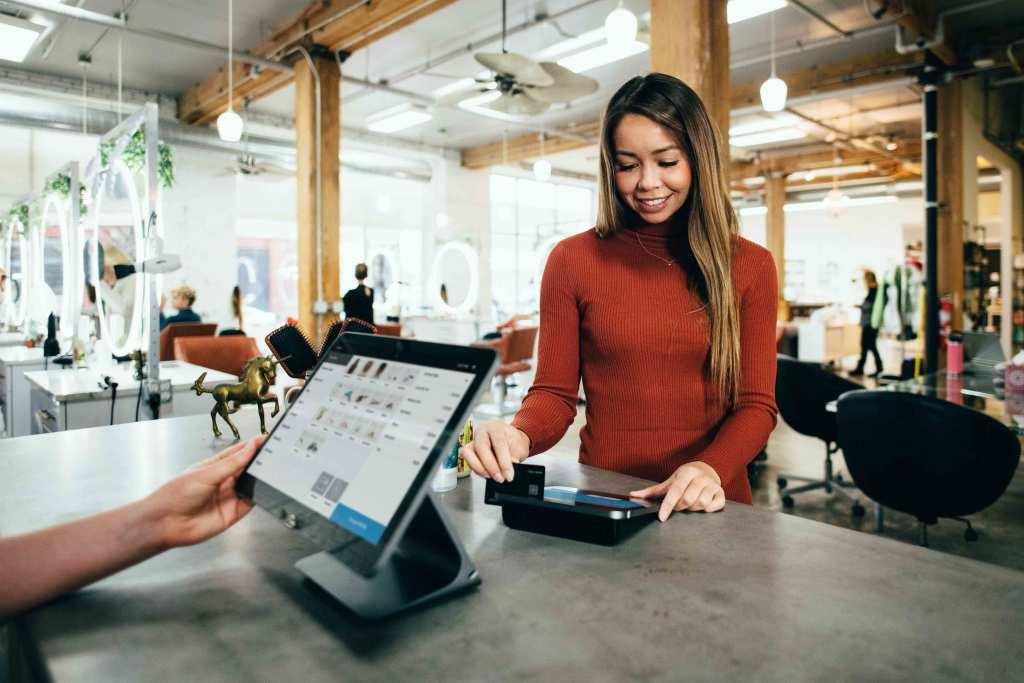 Cliente pagando em uma loja