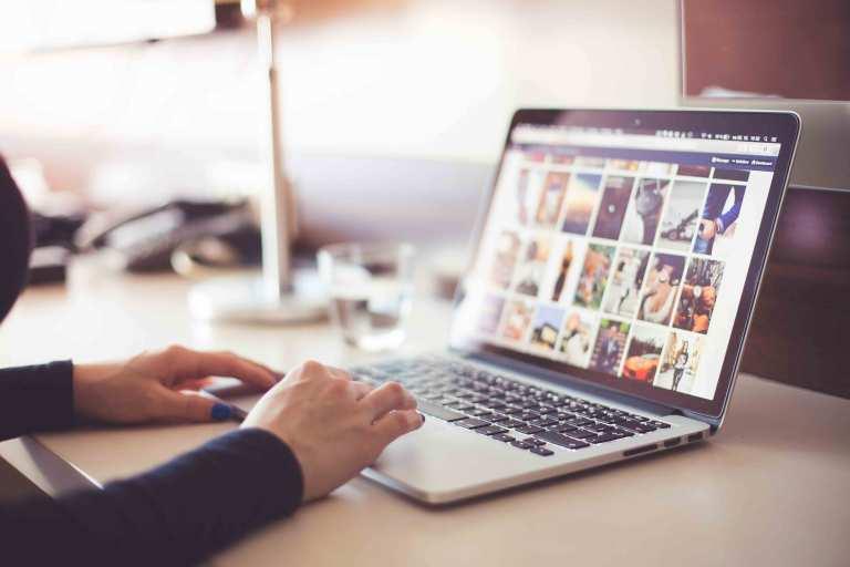 Pessoa a trabalhar num portátil