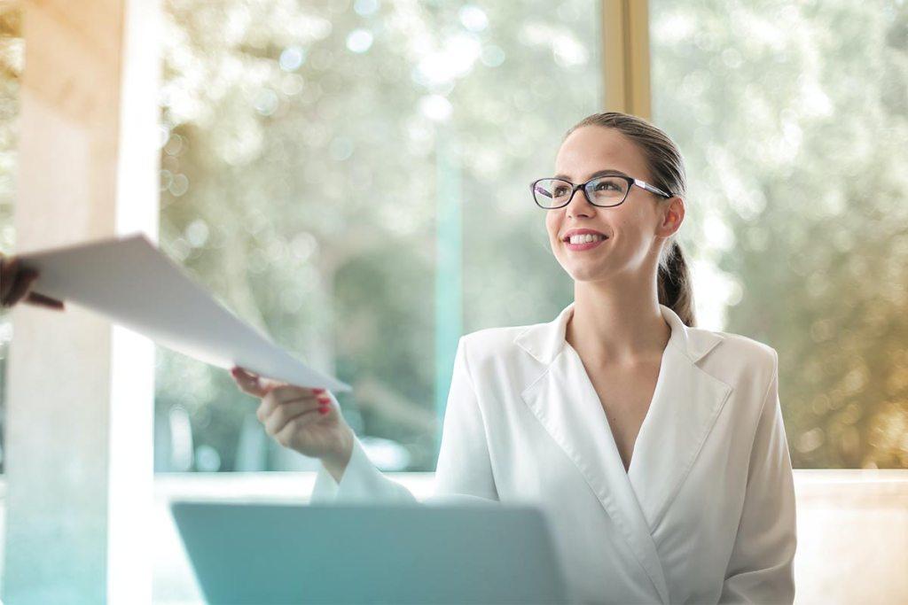 Mulher jovem a examinar documentos no escritório