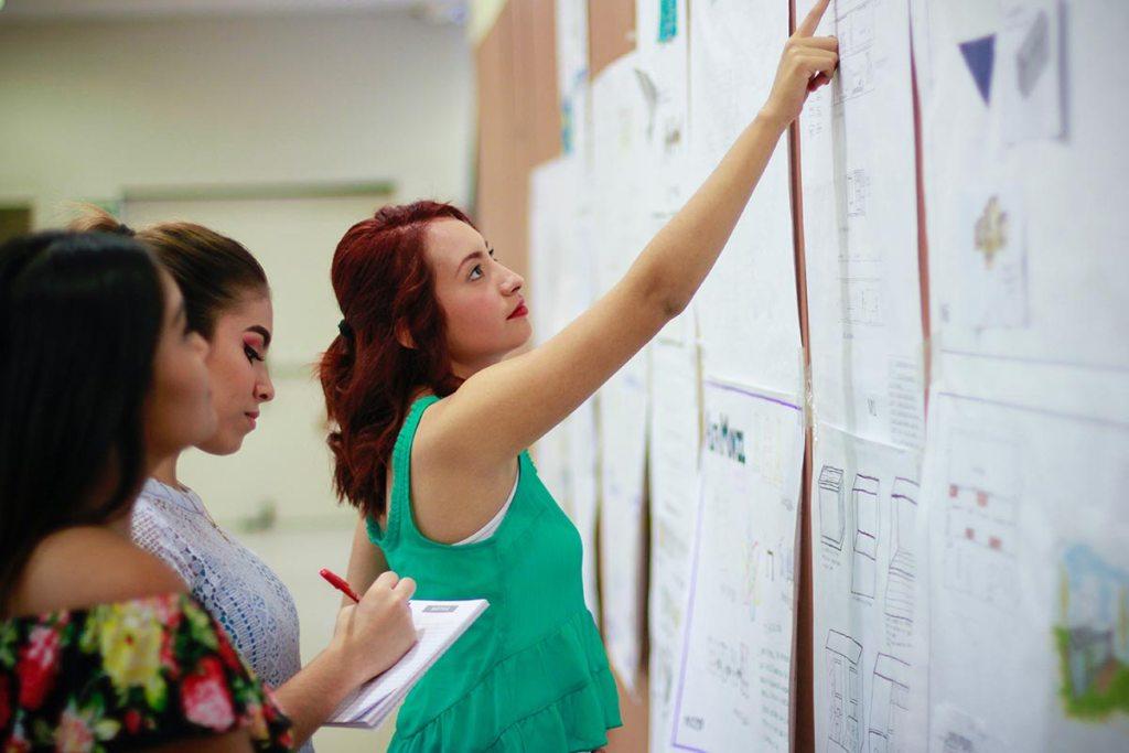 Conceito Design Thinking. Empresários reunidos no escritório a trocar ideias