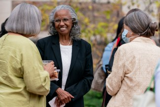 Clara McLeod, earth and planetary sciences librarian, visits Septs. 30 with attendees at the 2021 memorial lecture in honor of her late husband, James McLeod. (Photo: Whitney Curtis/Washington University)