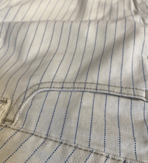 This white-striped indigo fabric is weaved from warp yarn, and includes Freefit technology designed to provide a fit-forgiving, soft-squeeze contour to the human body.