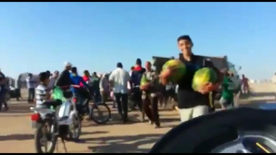 بالفيديو مغاربة يسرقون الدلاح بشكل جماعي من شاحنة في عز الصيام