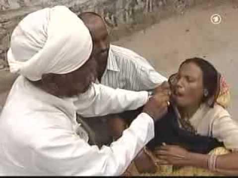 أكادير بالفيديو: طبيب يترجل من سيارته لمعالجة مريضة بالطروطوار