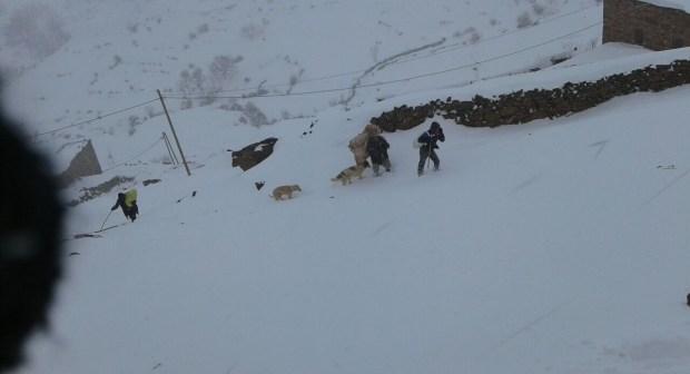 بالصور : تينغير وإملشيل وأزيلال… الثلوج تحاصر ساكنة المغرب العميق