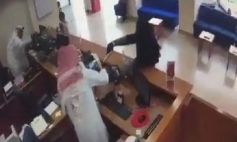 تنكر في زي امرأة وسرق البنك بالتهديد بمسدس أطفال
