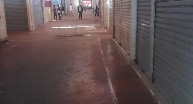 تجار سوق الاحد بأكادير يحتجون على البلدية بإغلاق محلاتهم
