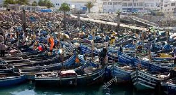 الجرافة تكسر القوارب المجهولة بميناء أكادير التي تستعمل للحريك