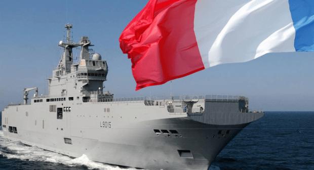 سفينة حربية ضخمة حاملة للطائرات تحل بميناء أكادير