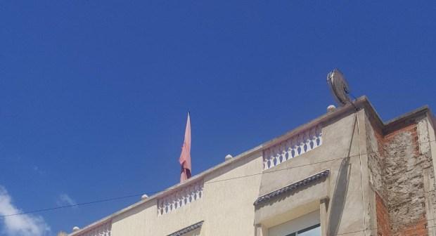 """حالة العلم الوطني المرفرف فوق بنايات """"الدولة"""" بوزان تستفز مشاعر المواطنين"""