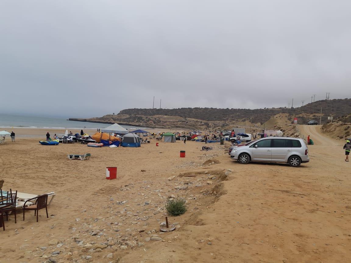 مرابد عشوائية وكراسي مترامية وفوضى بشواطئ شمال أكادير