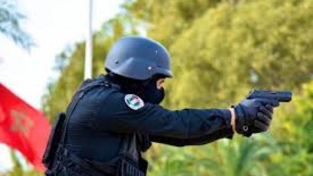 مقدم شرطة يضطر لاستعمال سلاحه الوظيفي لتوقيف شخص قاوم عناصر الشرطة وعرض أمنهم لخطر جدي