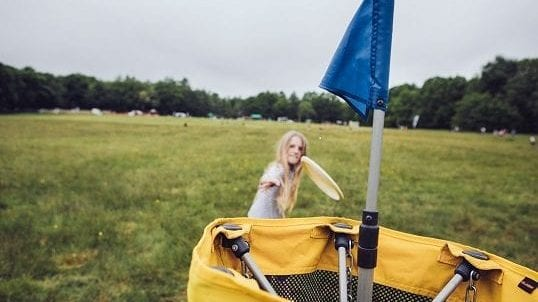 girl playing disc golf
