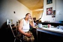 """Elizabeth Moroosi (77) woon in 'n kamer met 'n kombuisie en badkamer. Haar man is vyf jaar gelede dood. Sy is 'n diabeet en loop swaar vandat sy geval en haar been seergemaak het. Die huur is al weer opgesit, kla sy. """"Hulle maak ons dood (met die stygings), weet jy."""""""