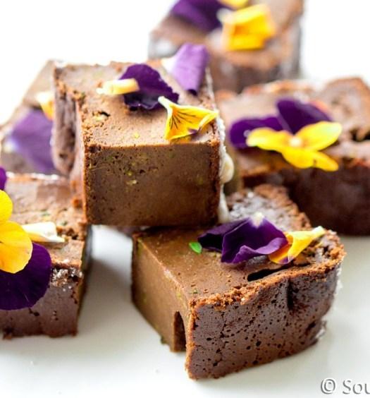 Brownies met eetbare viooltjes