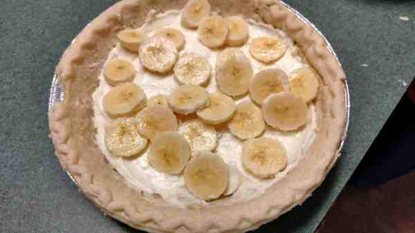 Banana slices on top of cream cheese filling