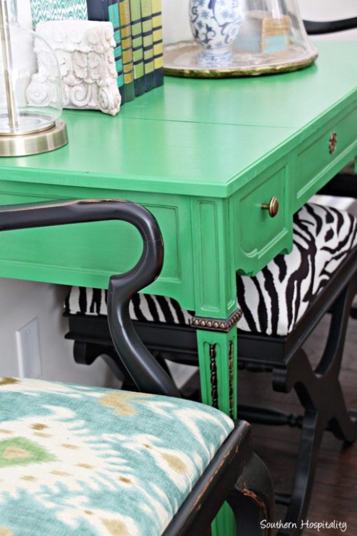 green desk close