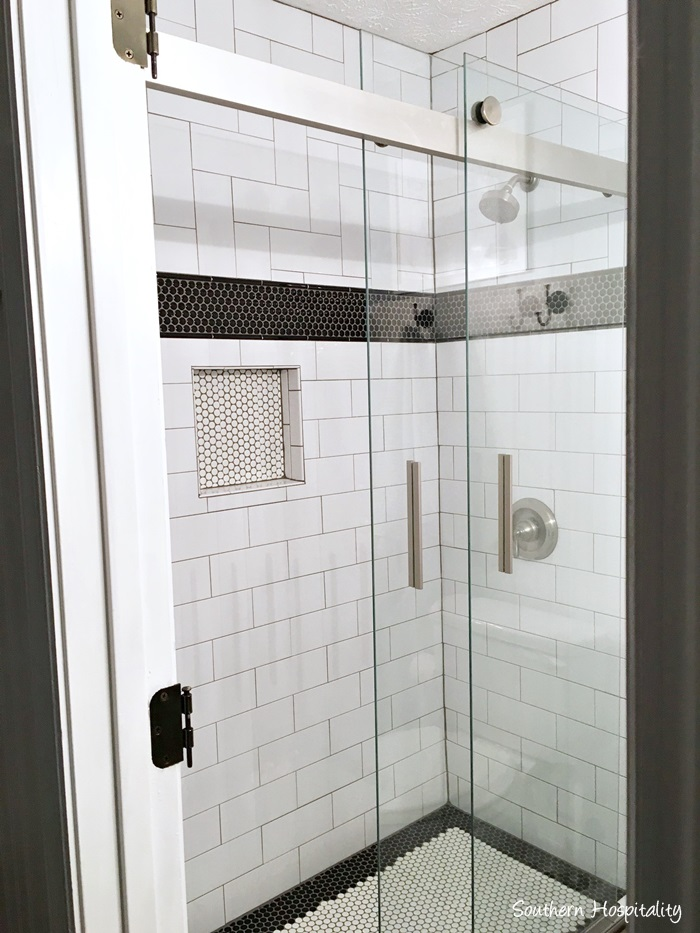 black and white bathroom001