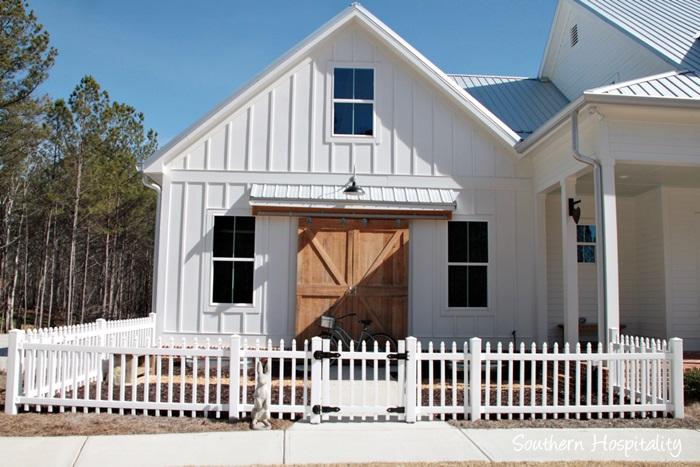 modern farmhouse picket fence