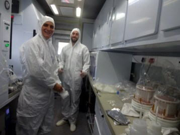 Bjorn and Jean in the clean laboratory preparing the filters for the pump