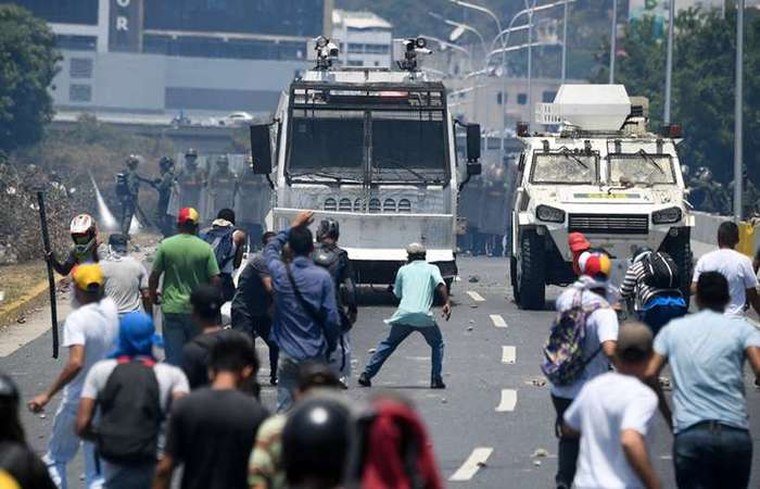 Guaido Podporovatelia nedokázali nadviazať kontrolu nad Caracas Airbase. Clashes Pokračovať v okolí