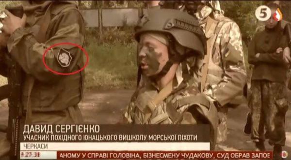 """Ukrajinské ozbrojené sily padajú oddelene. Televízny kanál prepojený s Poroshenkom oceňuje nacistický """"vlastenecký"""" detský tábor"""