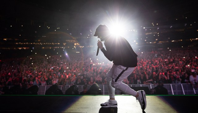 """Eminem pays homage to Queen by performing """"We Will Rock You"""" after """"Till I Collapse"""" in Hawaii"""