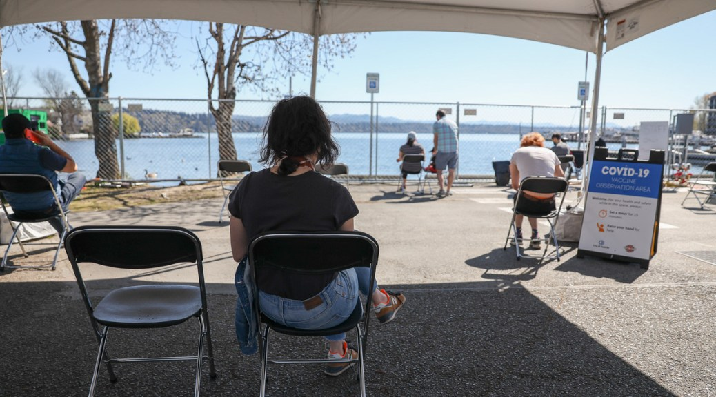 Community members at a Rainier Beach vaccination clinic. (Photo: Alex Garland)
