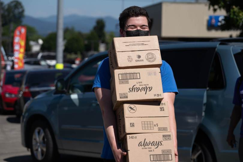 Andrew Hong helps unload donations at the youth mutual aid pop-up on one of the hottest Settle days on record.